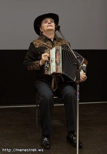 Валерий Ярушин с гармошкой (баяном)