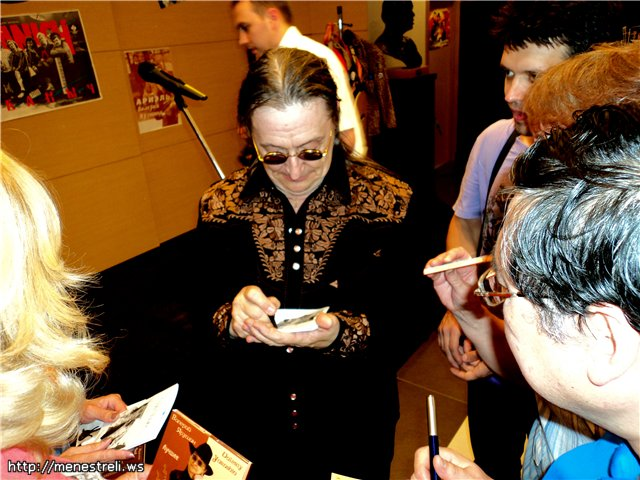 Лидер Ариэля с поклонниками, Валерий Ярушин раздаёт автографы
