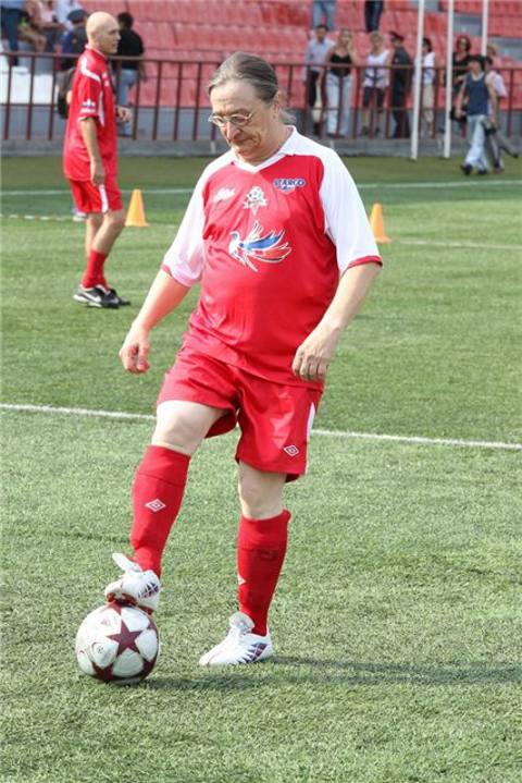 Влерий Ярушин играет в футбол против чиновников Челябинска